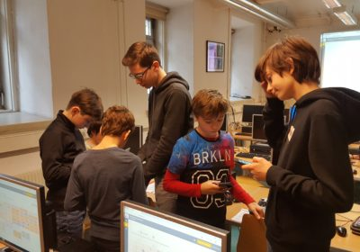 Die SchülerInnen der 5A lehren die SchülerInnen der 1A den Umgang mit WebUntis